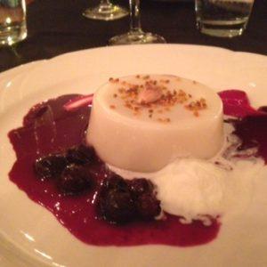 dinner-out-_-panna-cotta-di-mandorla-con-sciroppo-di-vino-rosso